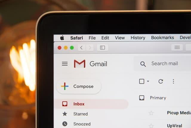 Na imagem vemos um notebook a página do Gmail aberto